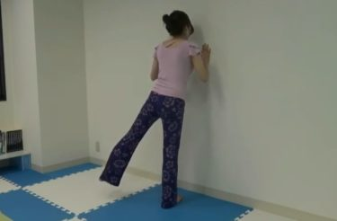 立った状態で簡単に中殿筋を鍛えるサイドレッグレイズ