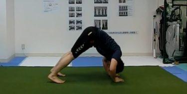 三角筋と上腕三頭筋を鍛えるプッシュアップ(パイク)